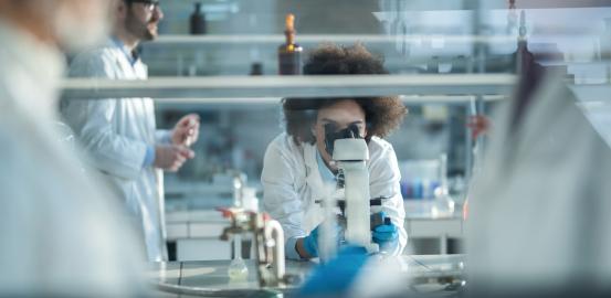Les coûts de la recherche sous le microscope